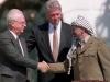 Yitzhak Rabin, Bill Clinton e Yasser Arafat na assinatura do Acordo de Oslo (1973)